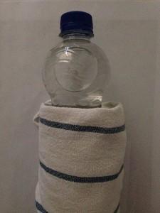 Mit einer Plastikflasche lässt sich das Ohrenschmalz aufweichen